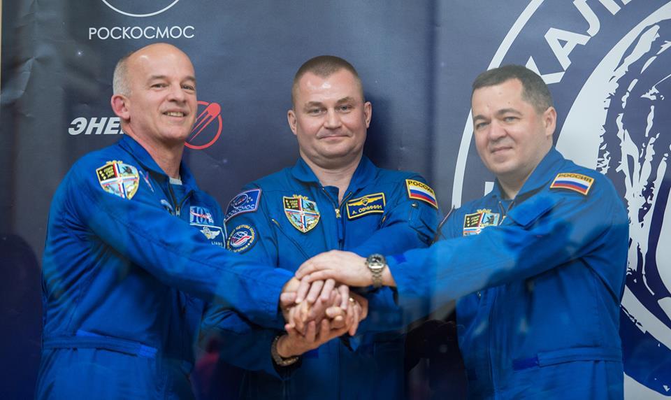 Američan Jeffrey Williams (NASA), Rus Alexej Ovčinin (Roskosmos) a Rus Oleg Skripočka (Roskosmos) Foto: (NASA/Aubrey Gemignani).(CC BY-NC-ND 2.0)